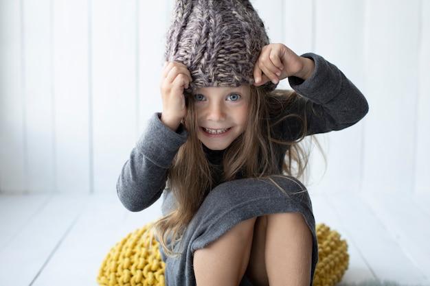 Bambina sorridente che esamina fotografo
