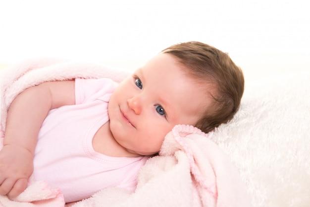 Bambina sorridente vestito in rosa con pelliccia bianca