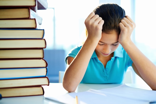 Bambina, studiando concentrato