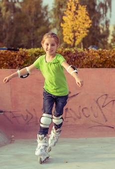 Bambina su pattini a rotelle