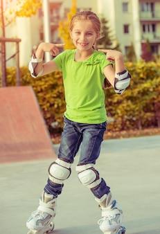 Bambina sui pattini a rotelle