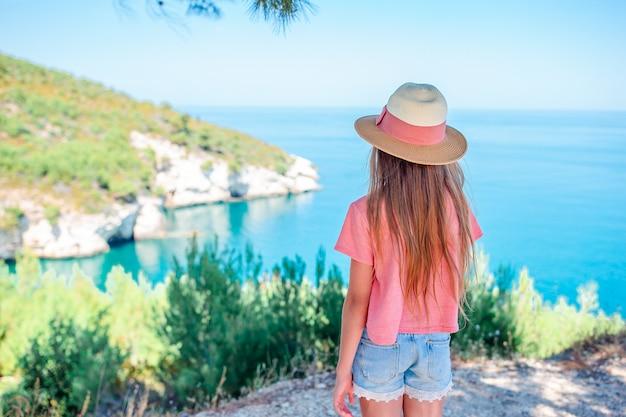 Bambina sul paesaggio bellissimo sfondo di viaggio vacanza