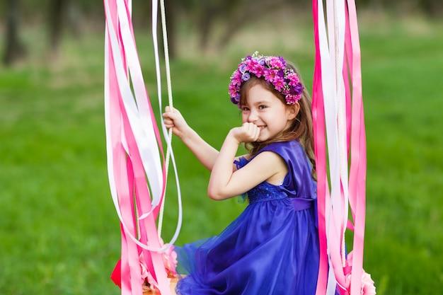 Bambina sull'altalena, bambina al parco, ragazza carina, bambina