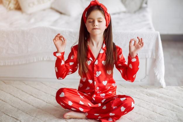 Bambina sveglia a casa in un pigiama