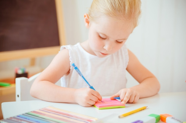 Bambina sveglia che fa i compiti