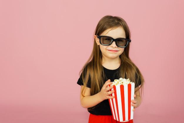 Bambina sveglia che mangia popcorn