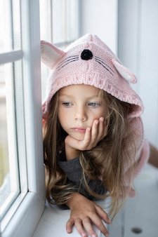 Bambina sveglia che porta pullover rosa