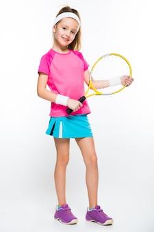 Bambina sveglia con la racchetta da tennis in sue mani