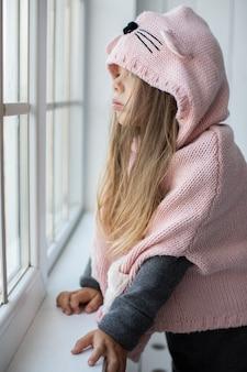 Bambina sveglia con pullover rosa