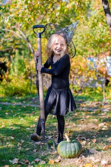 Bambina sveglia in halloween quale costume si diverte all'aperto