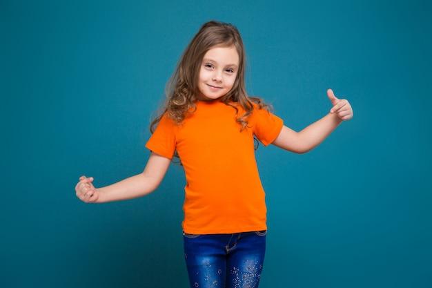 Bambina sveglia in maglietta con capelli marroni