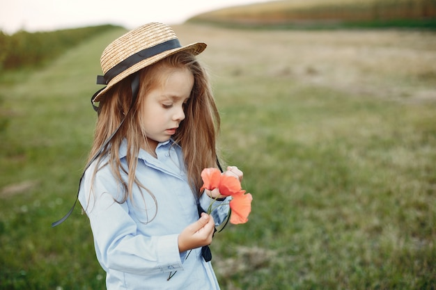 Bambina sveglia in un campo estivo