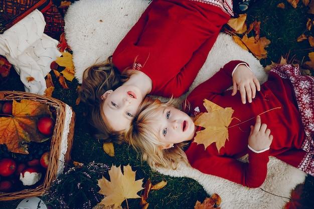 Bambina sveglia in un parco di autunno