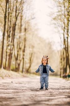 Bambina sveglia in un parco di primavera