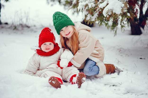Bambina sveglia nel parco di inverno