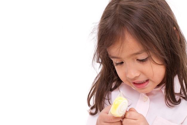 Bambina uscita con la sua gelatina o zucchero gelificante