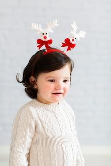 Bambina vestita di inverno del tiro medio