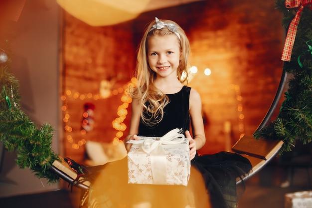 Bambina vicino in un vestito nero