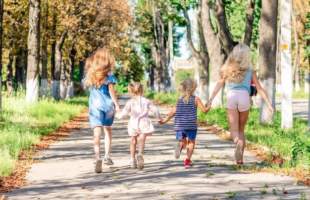 Bambine abbastanza sorridenti che corrono insieme
