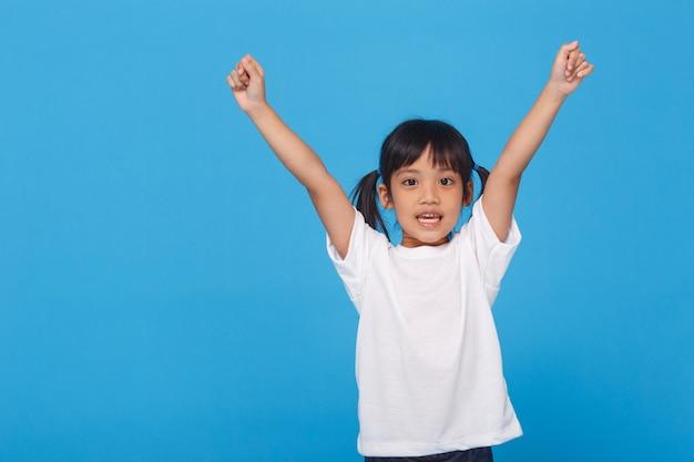 Bambine alzando le mani in alto