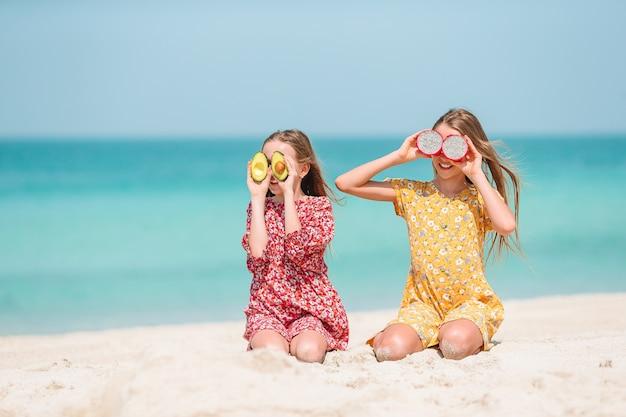 Bambine sveglie alla spiaggia durante le vacanze estive