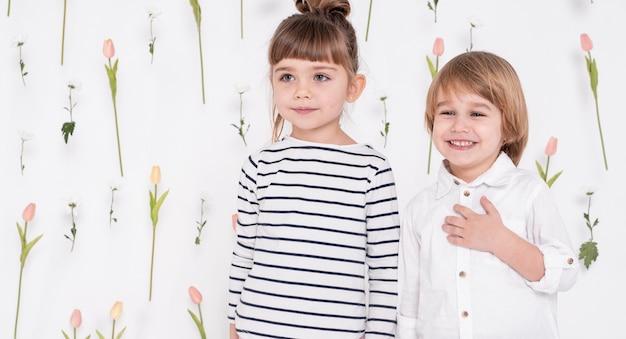 Bambini adorabili che osservano via colpo medio