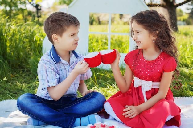 Bambini al picnic. il concetto di infanzia e stile di vita.