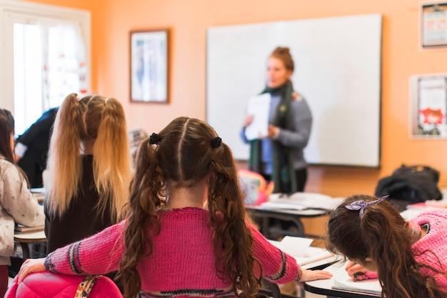 Bambini anonimi seduti a lezione