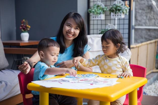 Bambini asiatici che dipingono e disegnano