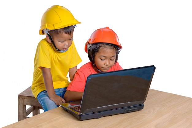 Bambini asiatici che indossano il casco di sicurezza e piallatrice di pensiero isolata su fondo bianco. bambini e concetto di educazione