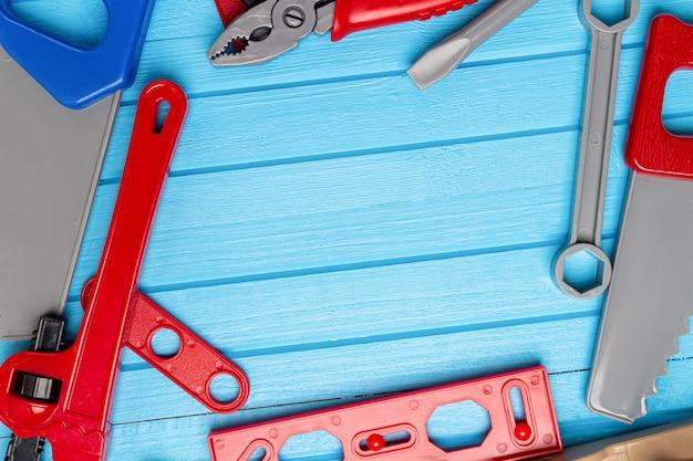 Bambini, bambini giocattoli colorati, strumenti, chiavi, sfondo strumento con spazio di copia