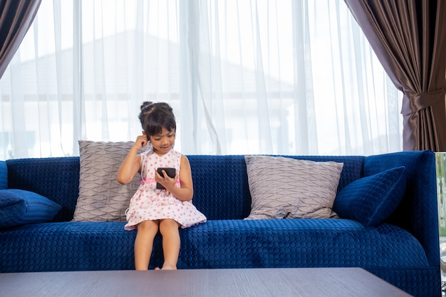 Bambini che ascoltano musica seduti su un divano