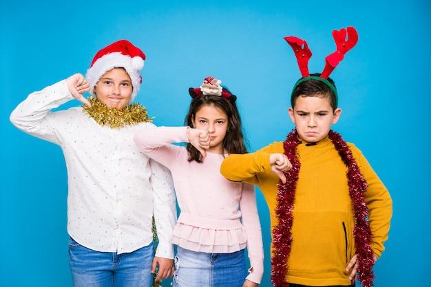 Bambini che celebrano il giorno di natale facendo espressioni