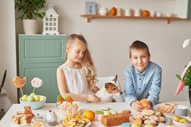 Bambini che celebrano la pasqua con il cibo