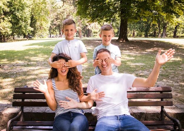Bambini che coprono gli occhi dei genitori