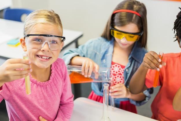 Bambini che fanno un esperimento chimico in laboratorio
