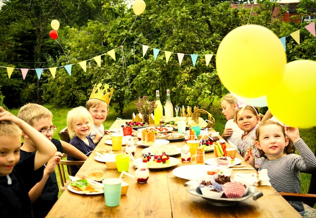 Bambini che festeggiano a una festa di compleanno