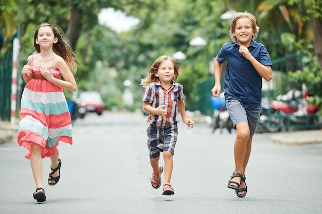 Bambini che gareggiano in velocità