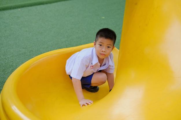 Bambini che giocano al parco giochi, ragazzo felice