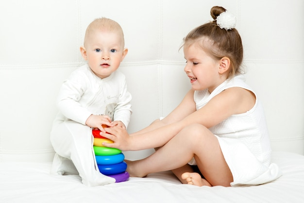 Bambini che giocano con la piramide isolata su bianco