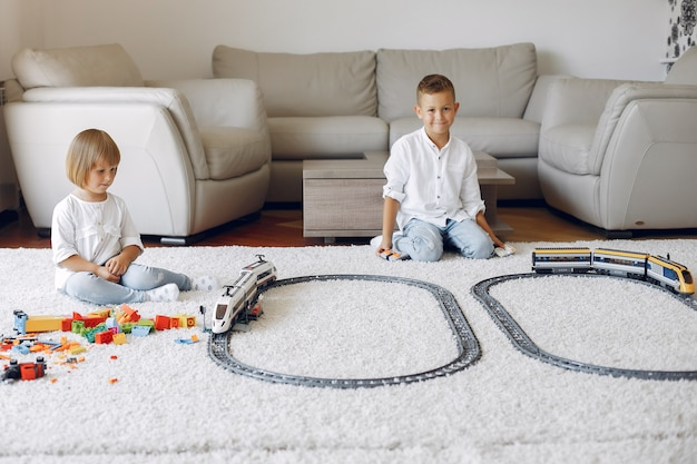 Bambini che giocano con lego e trenino in una sala da gioco