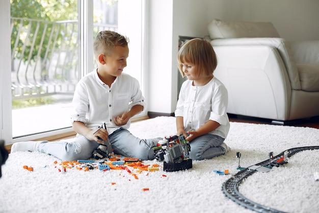 Bambini che giocano con lego in una sala da gioco