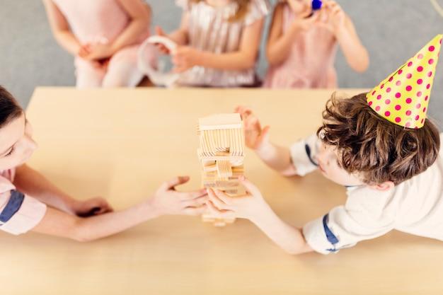 Bambini che giocano in legno