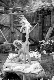 Bambini che giocano nel cortile di una casa nel villaggio