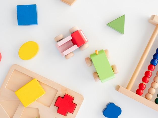 Bambini che imparano concetto con i giocattoli impilabili