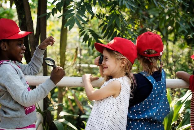 Bambini che imparano l'ambiente sulla scuola fieldtrip