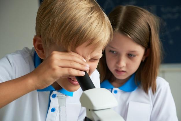 Bambini che imparano la chimica