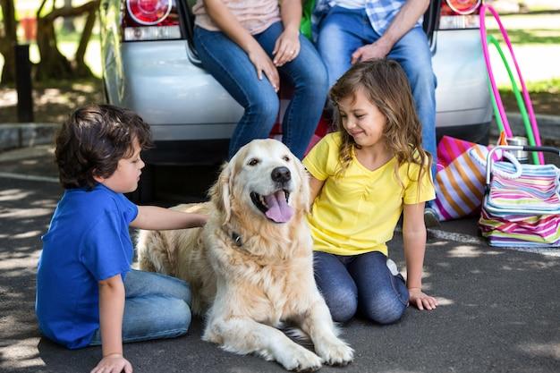 Bambini che increspano la pelliccia dei cani