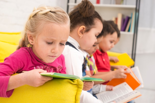 Bambini che leggono libri di lettura