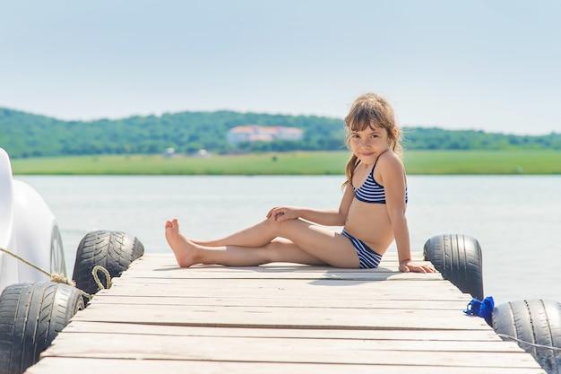 Bambini che nuotano nel lago.